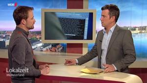 Prof. Dr. Sebastian Schinzel im Gespräch mit Moderator Hendrik Schulte (r.)